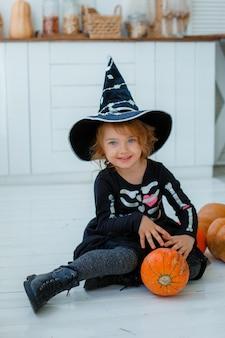 魔女の衣装を着た少女の肖像画