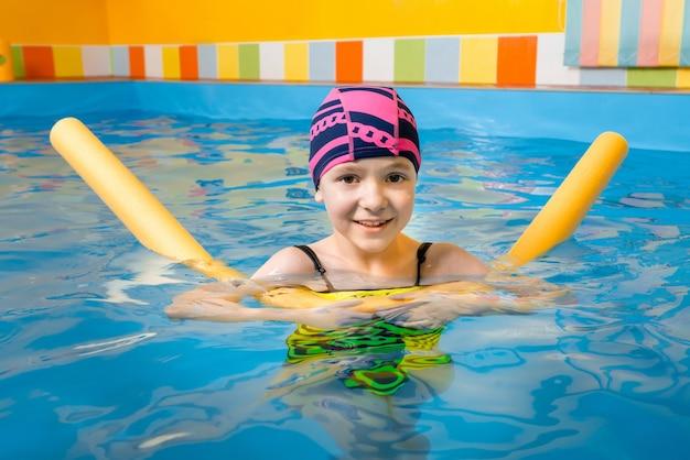 Портрет маленькой девочки в крытом бассейне