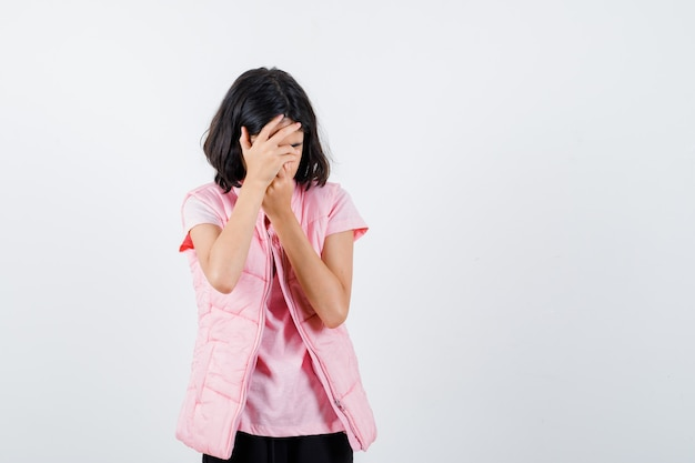흰색 t- 셔츠와 얼굴을 덮는 호흡기 조끼에 어린 소녀의 초상화
