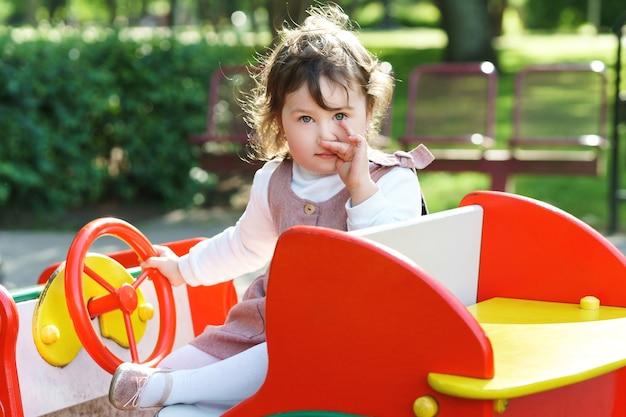 Портрет маленькой девочки на детской площадке в городском парке