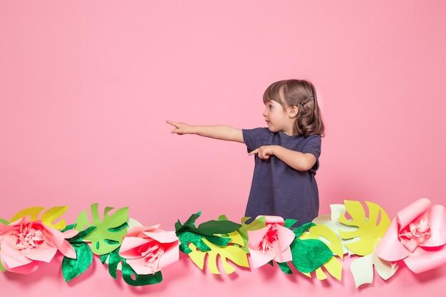 夏のピンクの背景に小さな女の子の肖像画