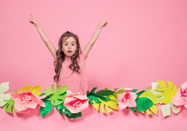 Портрет маленькой девочки на летних розовых листьях