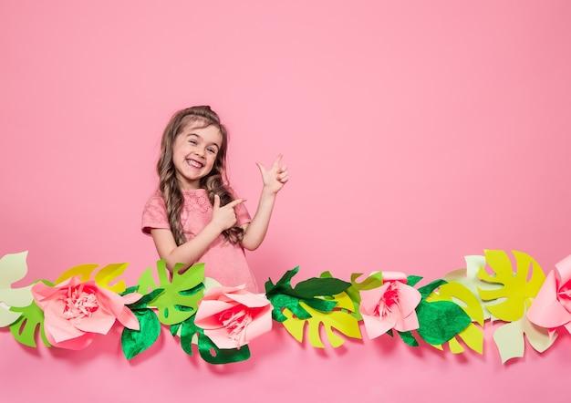 夏のピンクの壁に小さな女の子の肖像画
