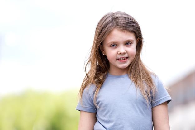 Портрет маленькой девочки на улице летом.