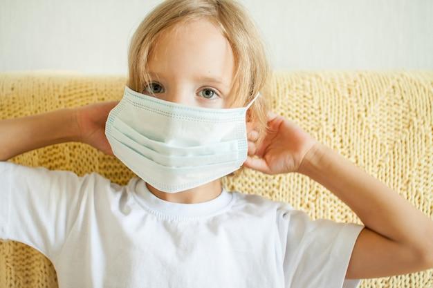 의료 보호 마스크 코로나바이러스 보호 개념을 쓰고 있는 어린 소녀의 초상화