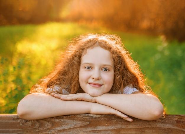 春の公園で休んでいる少女の肖像画。