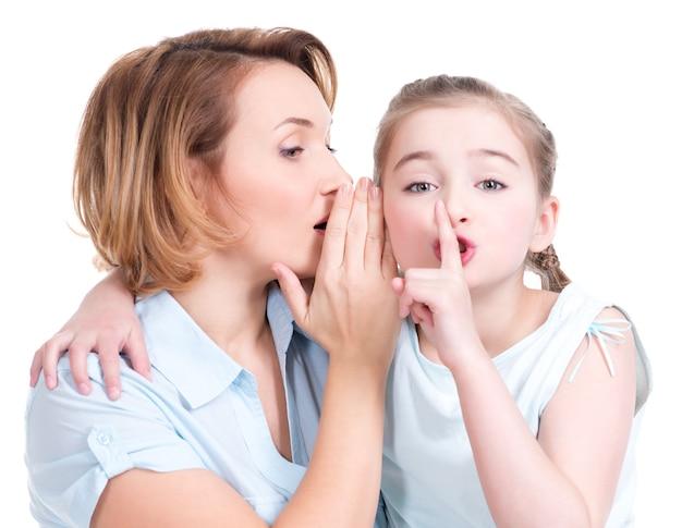 彼女の母親に秘密のスタジオショットを告げる少女の肖像画