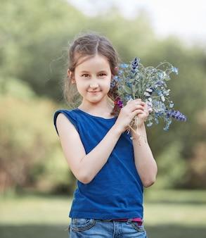 야생 꽃의 부케와 어린 소녀의 초상화.