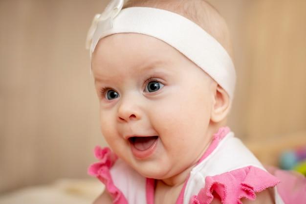 彼女の顔に幸せな笑顔を持つ少女の肖像画_