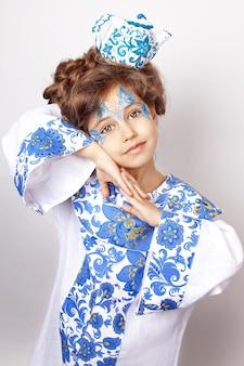 Портрет маленькой девочки с изображением хохломы