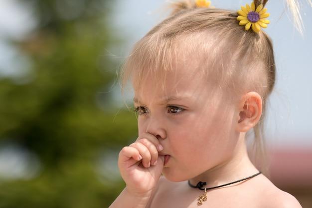 Портрет маленькой девочки с большим пальцем во рту