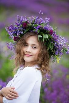 Портрет маленькой девочки с венком на голове