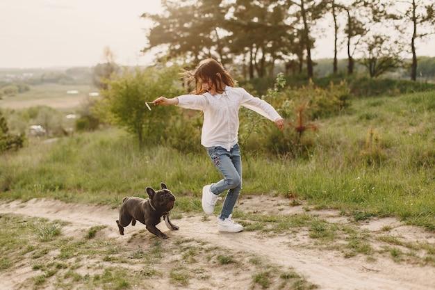 Портрет маленькой девочки с ее красивой собакой