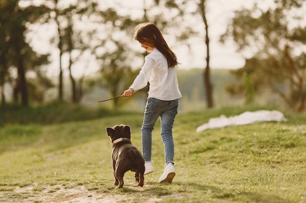 彼女の美しい犬を持つ少女の肖像画