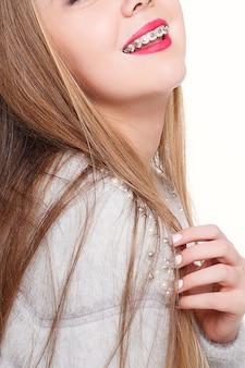 歯科矯正器具を持った少女の肖像画
