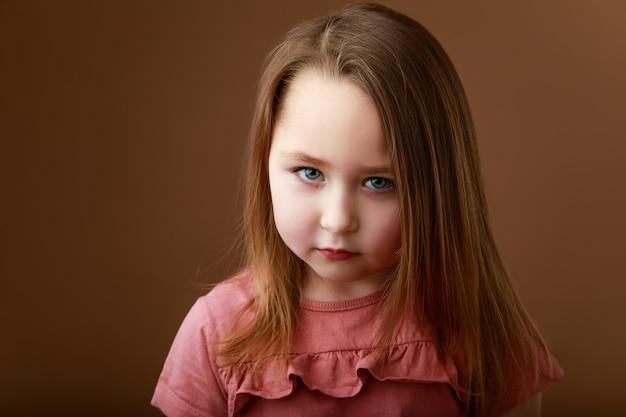 Портрет маленькой дошкольной девочки, показывающей эмоции гнева