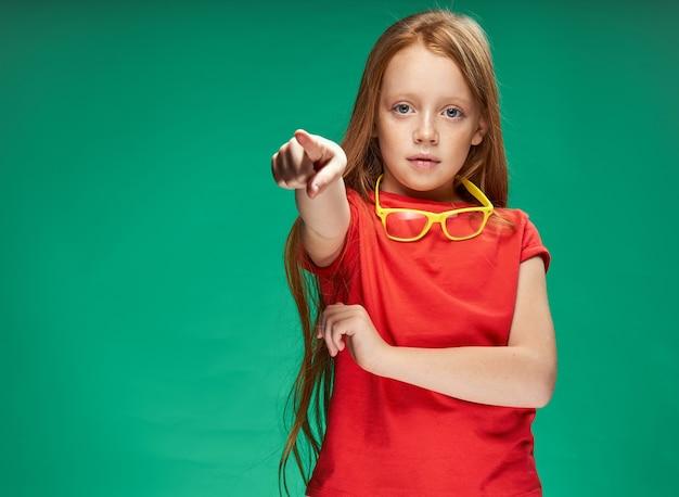 赤い髪の少女の肖像画