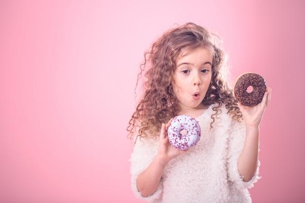 ドーナツと少し驚いた少女の肖像画