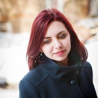 コートを着た長髪の少女の肖像画