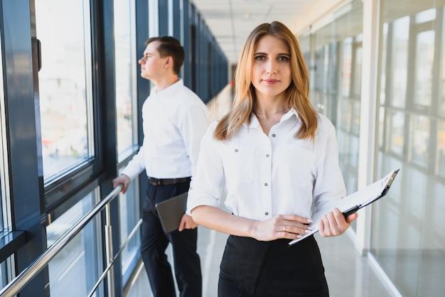 素敵なビジネス女性の肖像画。ビジネスの女性リーダー。成功したビジネスチーム