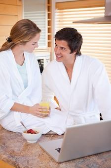 Портрет прекрасной пары, с завтраком, используя записку