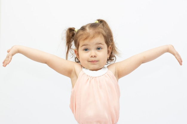 흰색 배경에 격리된 놀라고, 궁금해하고, 사랑스러운 어린 소녀의 초상화
