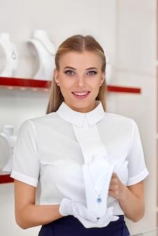 Портрет милой молодой женщины-ювелира, улыбающейся, держащей ожерелье