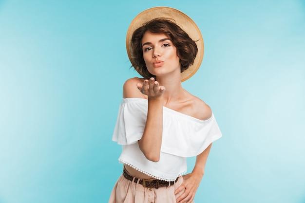 夏の帽子の素敵な若い女性の肖像画