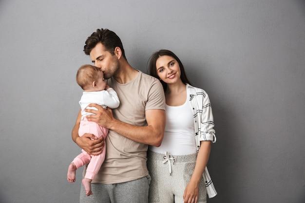 愛する若い家族の肖像