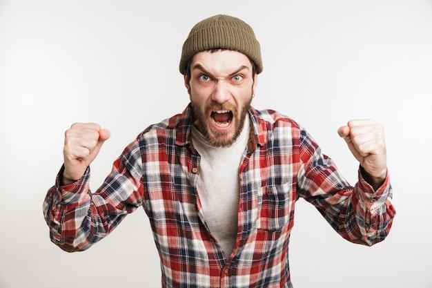 Портрет сумасшедшего бородатого мужчины в клетчатой рубашке с криками