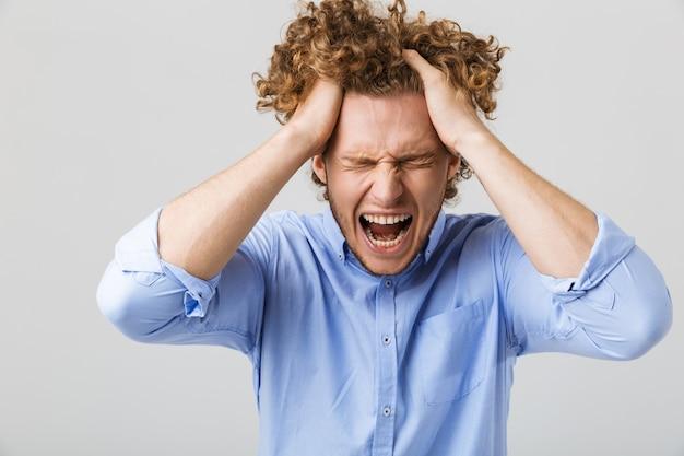 Портрет безумного молодого человека с вьющимися волосами
