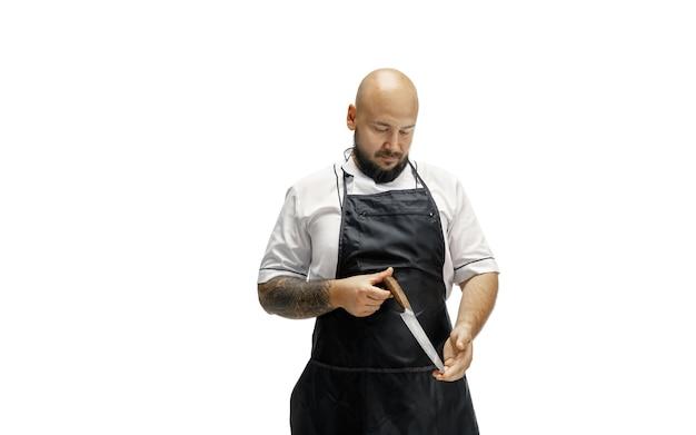 男性シェフの料理人、白いスタジオに分離された肉屋の肖像画。