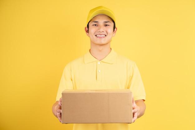 貨物箱を持っている男性の配達人の肖像画