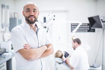 Портрет мужчины-стоматолога со сложенными руками