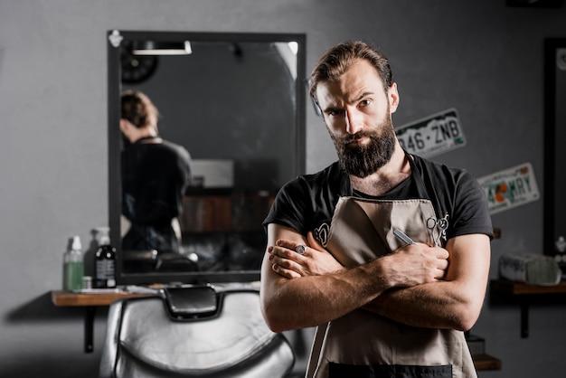 Портрет мужчины-парикмахера, глядя на камеру