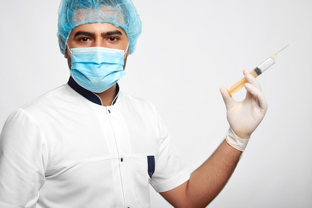 Портрет мужчины-медицинского работника в униформе изолированы