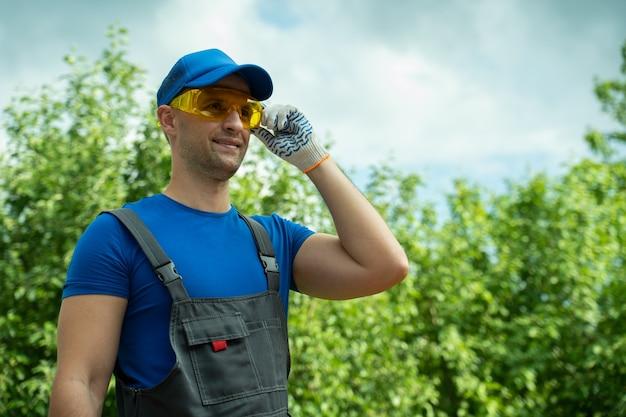 Портрет мужчины-работника в желтых защитных очках и перчатках