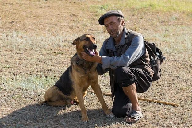 이른 아침에 양치기 개와 함께 나이 든 남자의 초상화