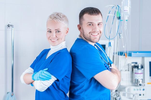 한 남자와 외과 정장에 여자의 초상화. 의학 개념