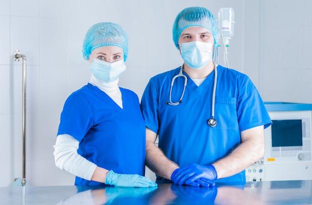Портрет мужчины и женщины в хирургических костюмах. концепция медицины