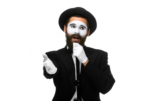 チューブまたはレトロなスタイルのマイクを持つmimeとしての男の肖像