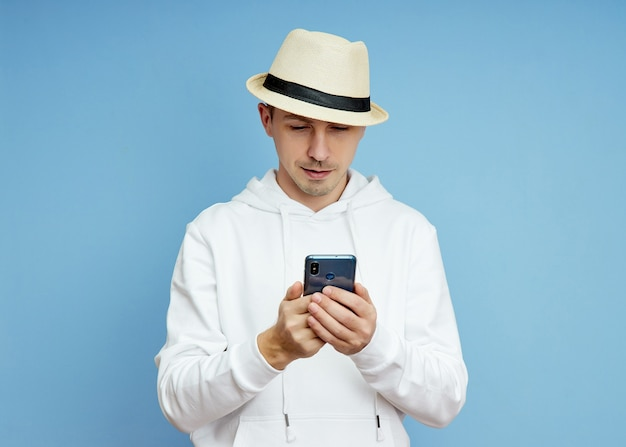 스마트폰, 화상 통화로 통신하는 손에 전화를 들고 있는 남자 블로거의 초상화