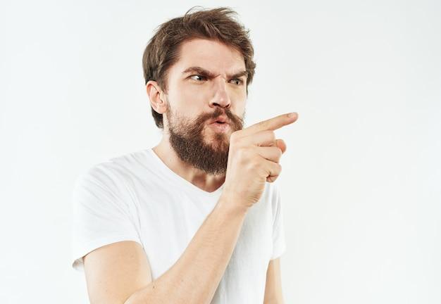 男の感情の肖像白いtシャツ厚いひげ