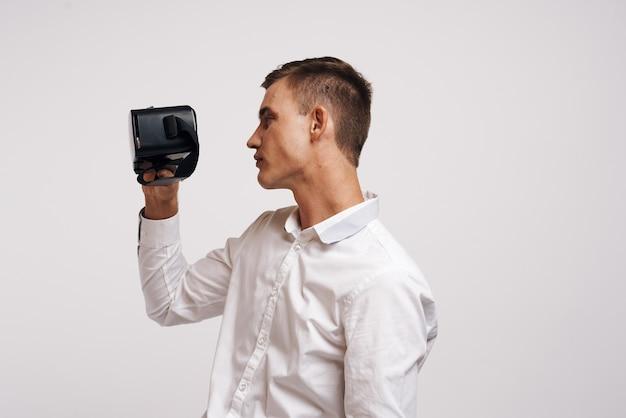 男のエンターテインメント仮想ゲームの未来d明るい背景の肖像画