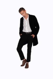 흰색 바탕에 검은 코트와 바지를 입은 남자의 초상화 프리미엄 사진