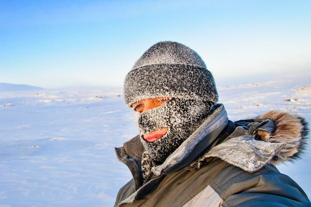 Портрет мужчины в кепке и лыжной маске