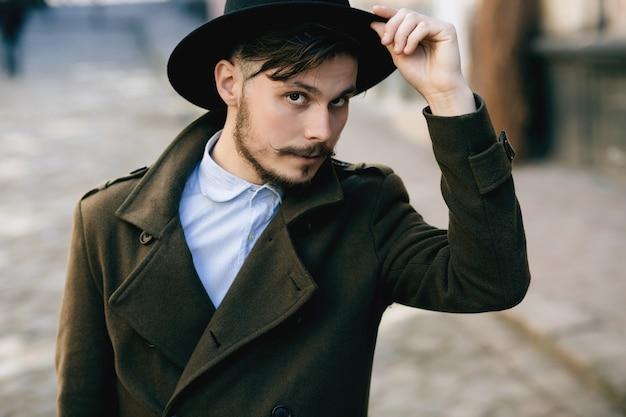 Портрет мужчины в пальто на городской улице