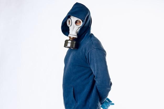 Портрет мужчины в противогазе. паника во время карантина. концепция пандемии коронавируса