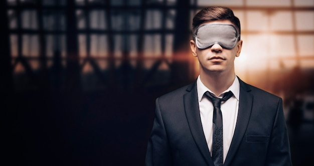수면 마스크에 남자의 초상화. 그는 공항 터미널에 서 있습니다
