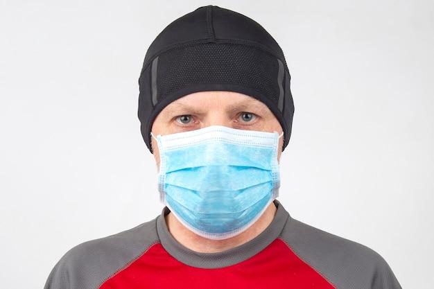 의료 마스크에 남자의 초상화입니다. 깨끗한 손과 검역